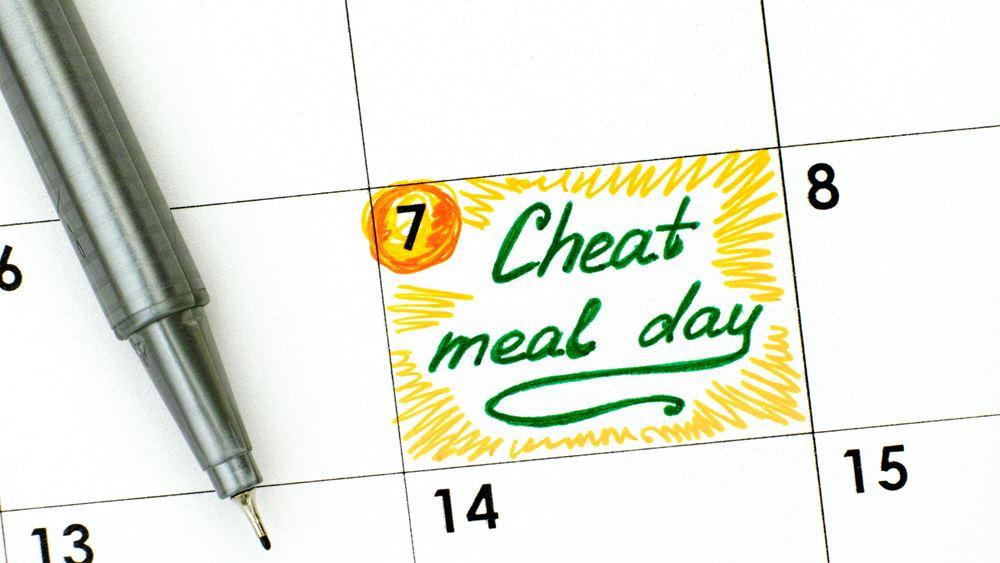 """Γιατί είναι απαραίτητο να """"σπάμε"""" τη δίαιτα; Και ποιο είναι το υγιεινό junk food;"""