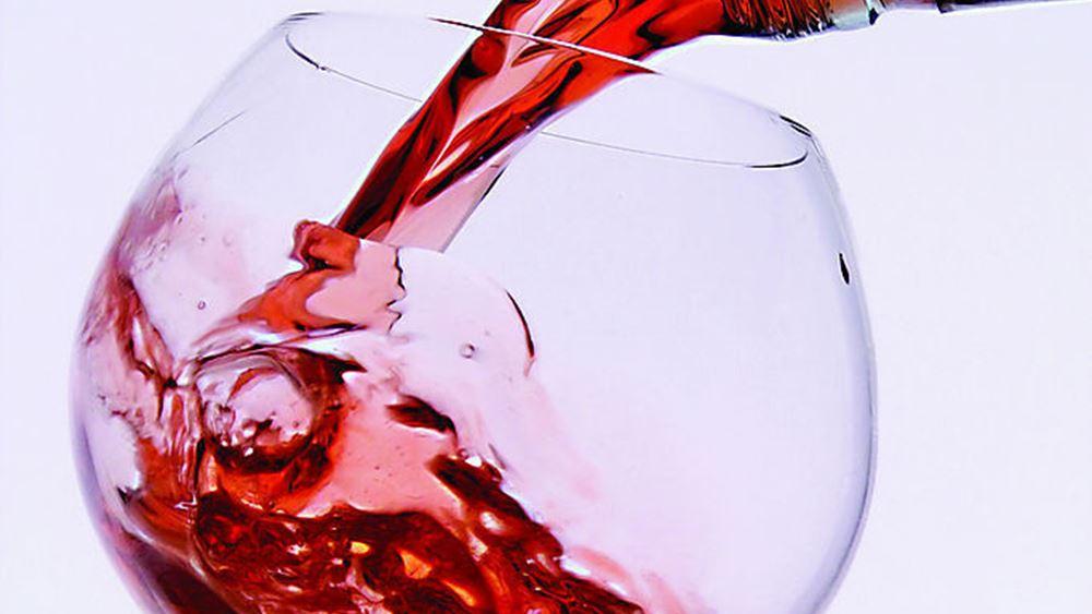 Μειώνεται αλλά δεν αποσύρεται ο φόρος στο κρασί