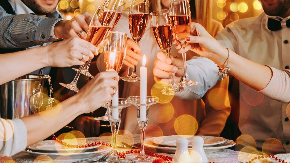 Αλκοόλ τις γιορτές: Οι θερμίδες, τι να προτιμήσετε και τα... hangover tips