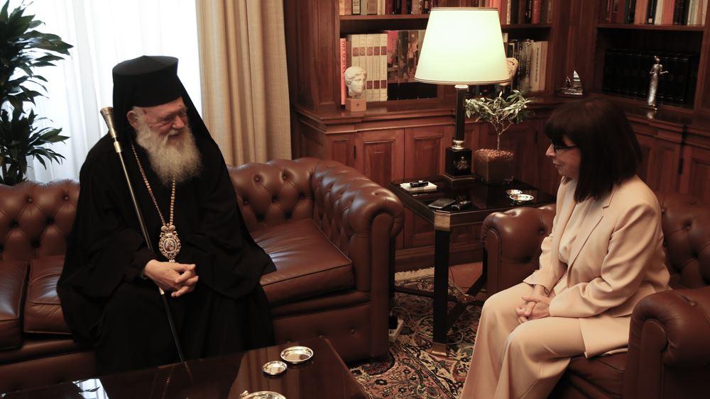 """Συνάντηση ΠτΔ - Αρχιεπισκόπου: Η Κ. Σακελλαροπούλου εξήρε τη συμβολή της εκκλησίας στη """"μάχη"""" με τον κορονοϊό"""