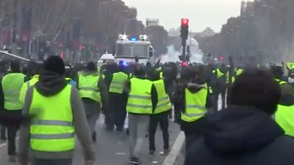"""Γαλλία: Τα """"κίτρινα γιλέκα"""" έφτασαν στην Αψίδα του Θριάμβου"""