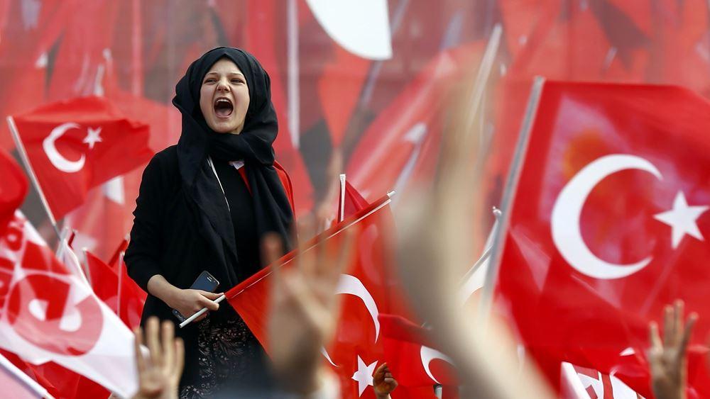 """Νέο νομοσχέδιο Ερντογάν: """"Κόβει"""" τα αγγλικά από ονόματα εταιρειών, πινακίδες και... τηλεόραση"""
