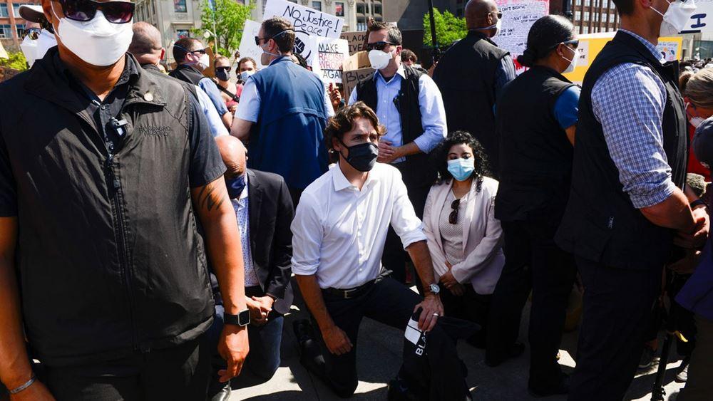Καναδάς: Γονάτισε σε διαδήλωση κατά του ρατσισμού ο πρωθυπουργός Τζ. Τριντό