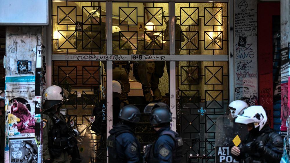 Εξάρχεια: Επίθεση στα ΜΑΤ που φρουρούν τις καταλήψεις που έχουν εκκενωθεί