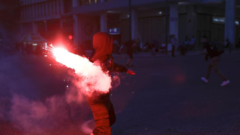 Πορεία για Φλόιντ: Επεισόδια με φωτοβολίδες και χημικά στο κέντρο της Αθήνας