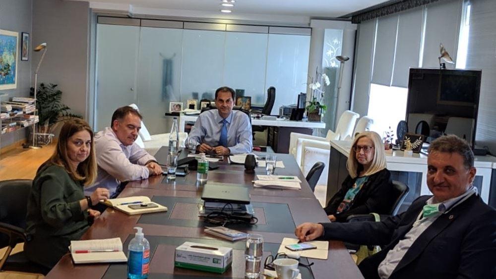 Τα υγειονομικά πρωτόκολλα στο επίκεντρο συνάντησης του Χ. Θεοχάρη με τους προέδρους ΞΕΕ, ΠΟΞ και ΠΙΣ