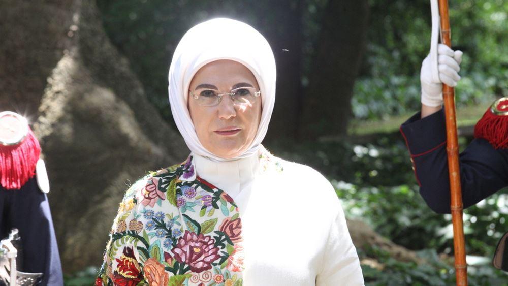 "H Εμινέ Ερντογάν κάλεσε τους ανθρώπους ""να μειώσουν τις μερίδες φαγητού"" και η Τουρκία ""βράζει"""