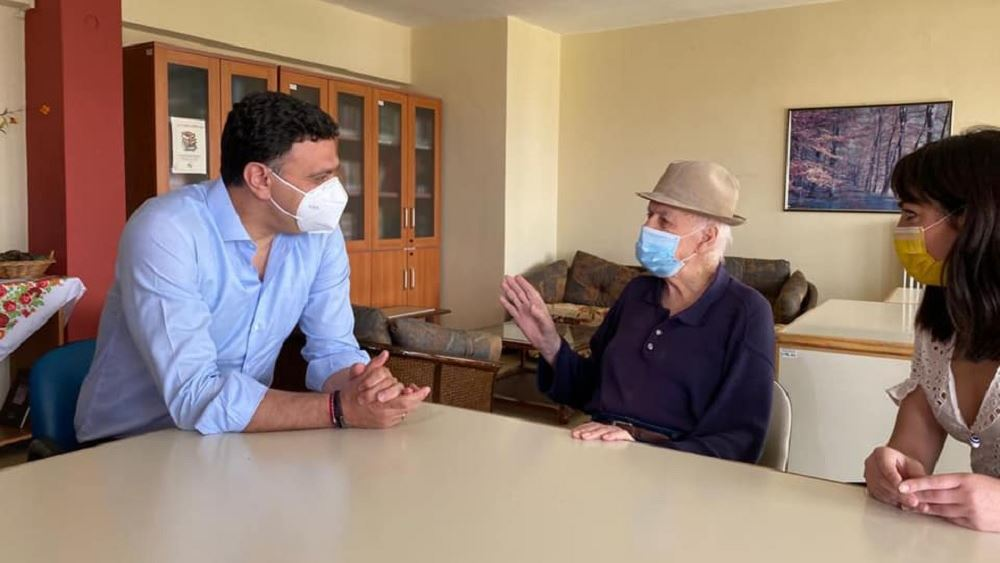 Με τον πρώτο εμβολιασθέντα κατά του κορονοϊού στη χώρα μας συναντήθηκε ο Β. Κικίλιας