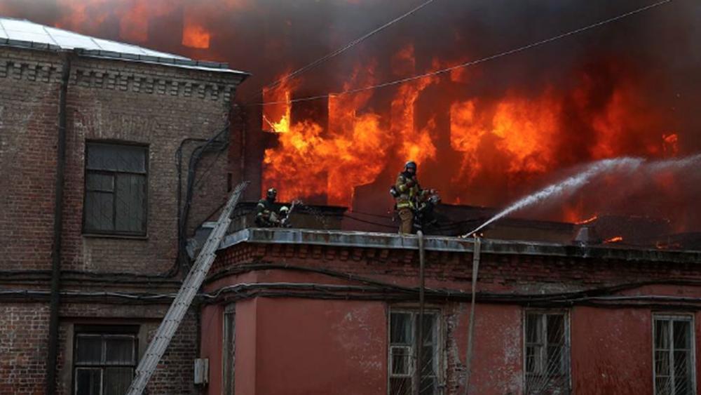 Ρωσία: Ένας πυροσβέστης νεκρός και δύο τραυματίες από τεράστια πυρκαγιά που κατέστρεψε ιστορικό εργοστάσιο της Αγίας Πετρούπολης