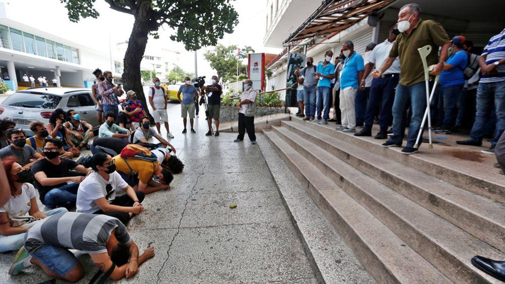 Οι Κουβανοί διαδηλώνουν κατά της δυστυχίας τους