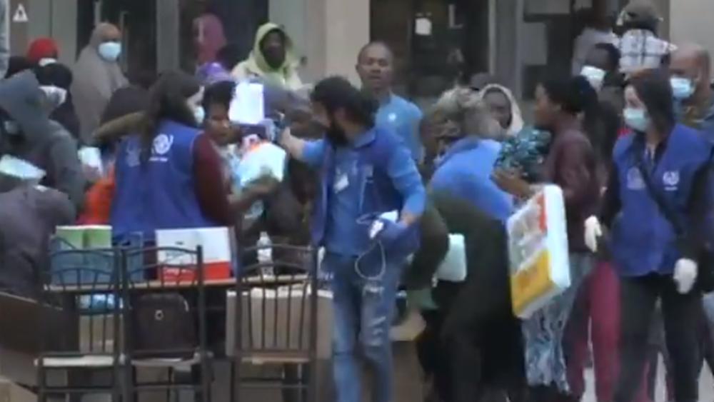Πανικόβλητοι μετανάστες έκαναν επιδρομή στα τρόφιμα και τα φάρμακα που προσπάθησε να μοιράσει ο ΕΟΔΥ