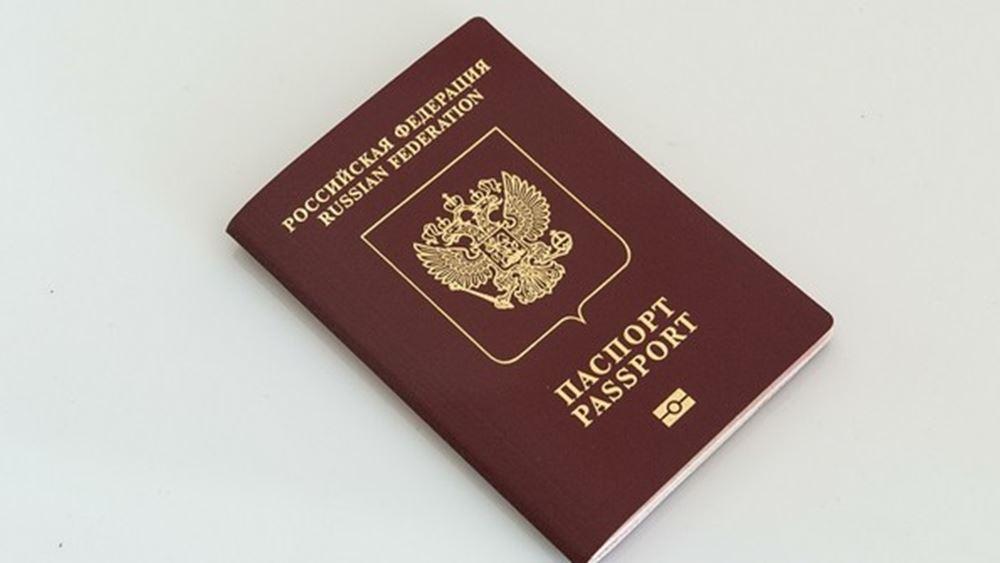"""Η Ρωσία μοιράζει διαβατήρια σε Ντόνετσκ και Λουχάνσκ και """"βαφτίζει"""" Ρώσους τους Ουκρανούς"""