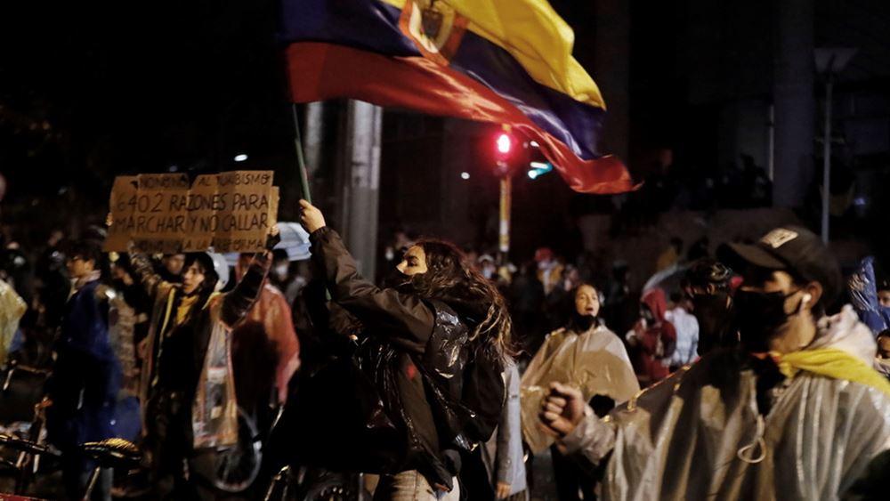 Όγδοη νύχτα διαδηλώσεων στην Κολομβία: Διαδηλωτές προσπάθησαν να κάψουν ζωντανούς 10 αστυνομικούς