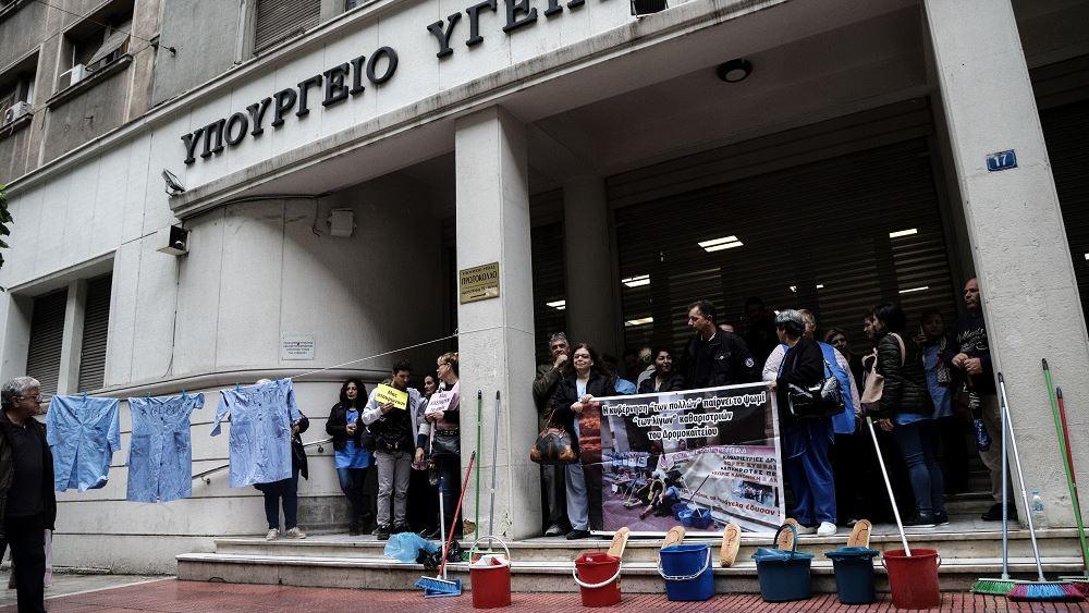 Παράταση των συμβάσεων των καθαριστριών των νοσοκομείων, εξετάζει το υπουργείο Υγείας