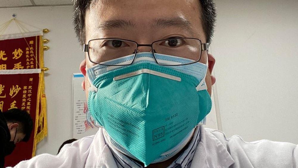 Χιλιάδες Κινέζοι αποτίουν φόρο τιμής στον Λι Γουενλιάνγκ, τον γιατρό που σήμανε συναγερμό για τον νέο κορονοϊό
