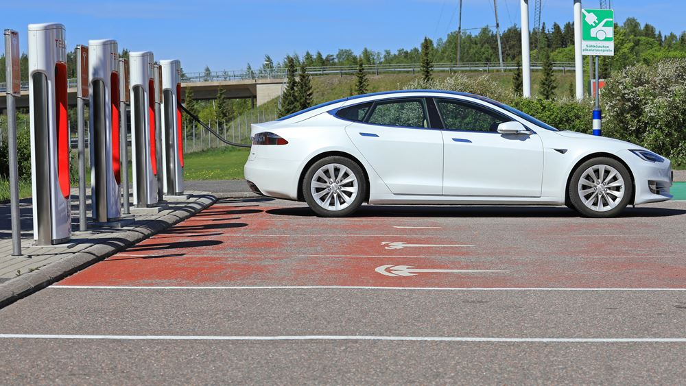Tesla: Αντιμέτωπη με αποζημιώσεις σε χιλιάδες ιδιοκτήτες αυτοκινήτων της