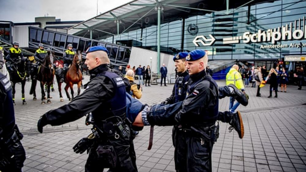 Ολλανδία: Η αστυνομία συνέλαβε ακτιβιστές υπέρ του κλίματος που διαδήλωναν στο αεροδρόμιο του Άμστερνταμ