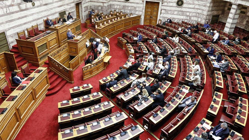 Κουνάνε μαντίλι ένας - ένας από το βήμα της Βουλής βουλευτές ΣΥΡΙΖΑ