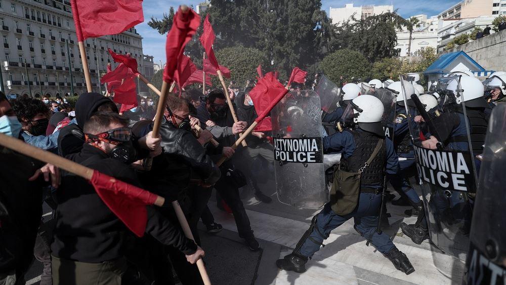 Ένταση και δακρυγόνα στο πανεκπαιδευτικό συλλαλητήριο στο Σύνταγμα