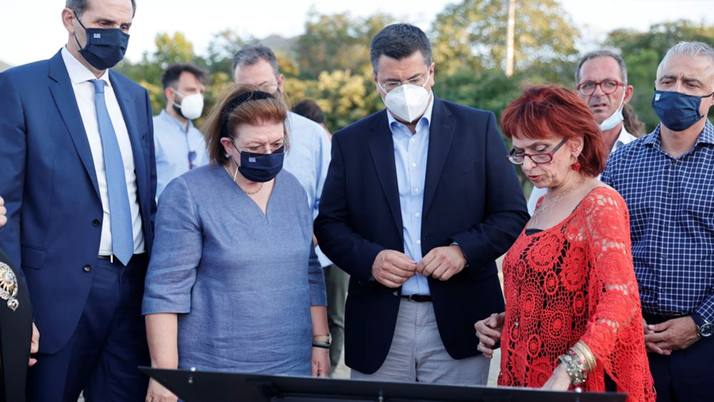 """Λ. Μενδώνη: Εγκαινίασε τον """"Τοίχο της Μνήμης"""" στο Αρχαιολογικό Μουσείο Βέροιας"""