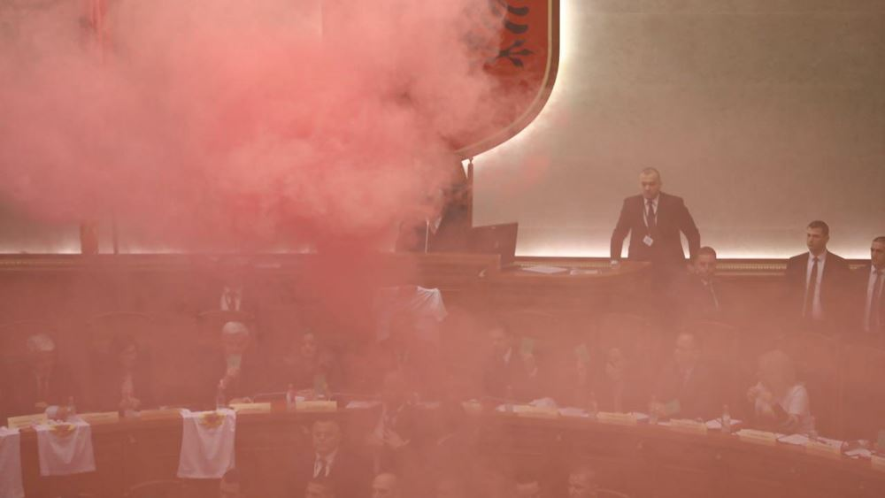 Καπνογόνα στην αλβανική βουλή – ήρθαν στα χέρια οι βουλευτές