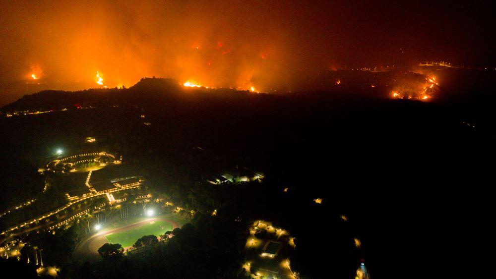 """Φωτιά στην Αρχαία Ολυμπία: """"Mάχη"""" για να μην περάσουν οι φλόγες στον αρχαιολογικό χώρο"""