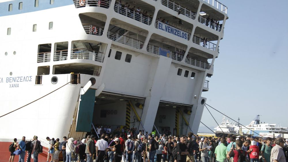 """Στον Πειραιά το πλοίο """"Διαγόρας"""" με 38 μετανάστες και πρόσφυγες από Μυτιλήνη και Χίο"""