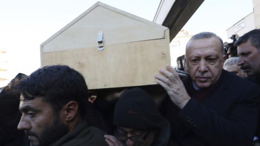 Τουρκία: Στις κηδείες θυμάτων του σεισμού στο Ελαζίγ ο πρόεδρος Ερντογάν