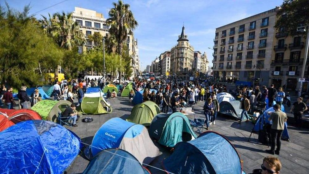 Εκατοντάδες νέοι έστησαν σκηνές στη Βαρκελώνη