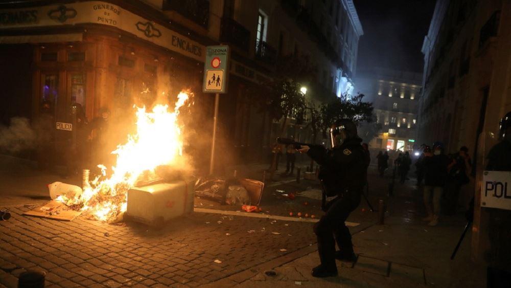 Ισπανία: Συγκρούσεις αστυνομίας - διαδηλωτών σε διαμαρτυρία υπέρ του φυλακισμένου ράπερ Πάμπλο Χασέλ