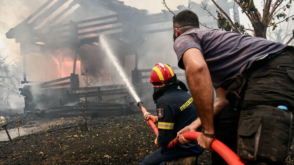 Κλοιός φωτιάς σε Αττική, Εύβοια, Ηλεία - Νεκρός εθελοντής πυροσβέστης