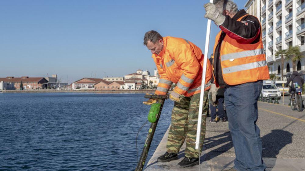 Θεσσαλονίκη: Δεύτερη επιχείρηση για την ανάσυρση ηλεκτρικών πατινιών από τον Θερμαϊκό