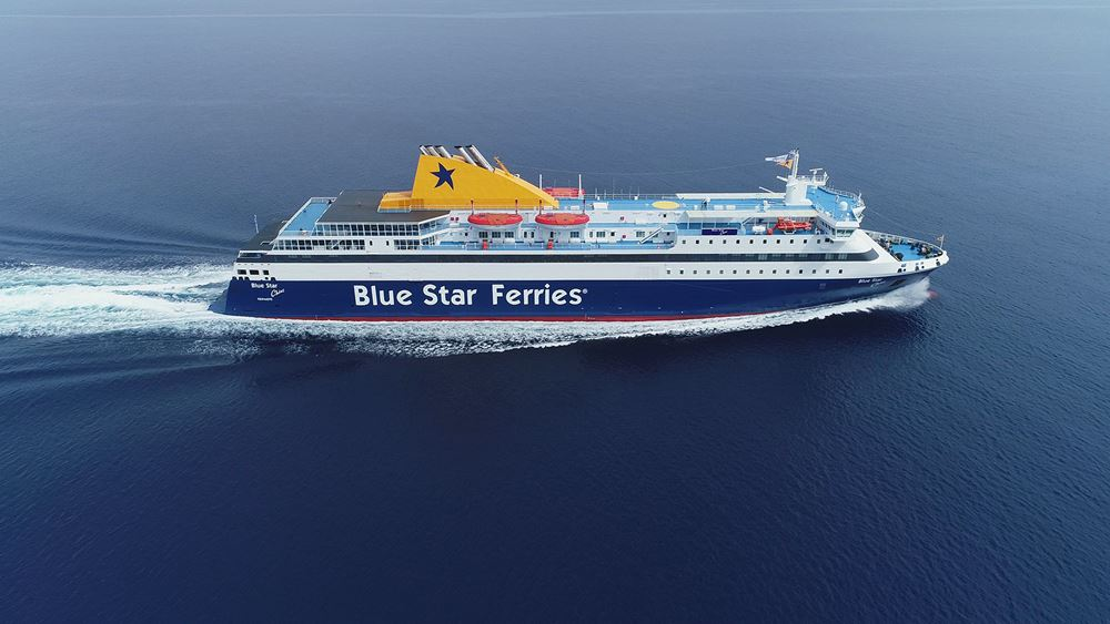 """Κατάπλευσε στο Λαύριο το """"Blue Star Chios"""" μεταφέροντας μετανάστες από νησιά του Αν. Αιγαίου"""