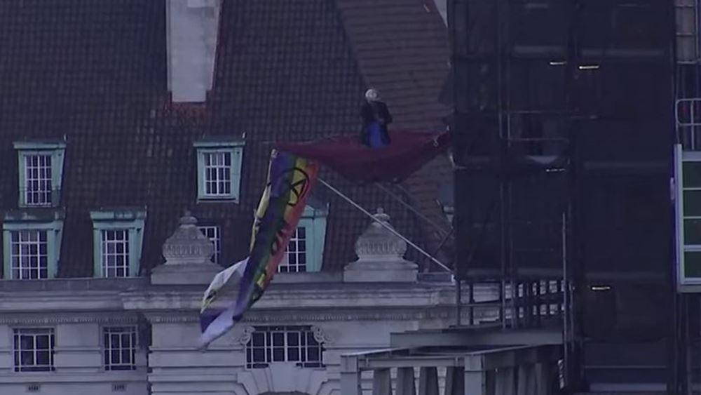 Βρετανία: Διαδηλωτής σκαρφάλωσε στο Μπιγκ Μπεν στο πλαίσιο των κινητοποιήσεων διαμαρτυρίας για το κλίμα