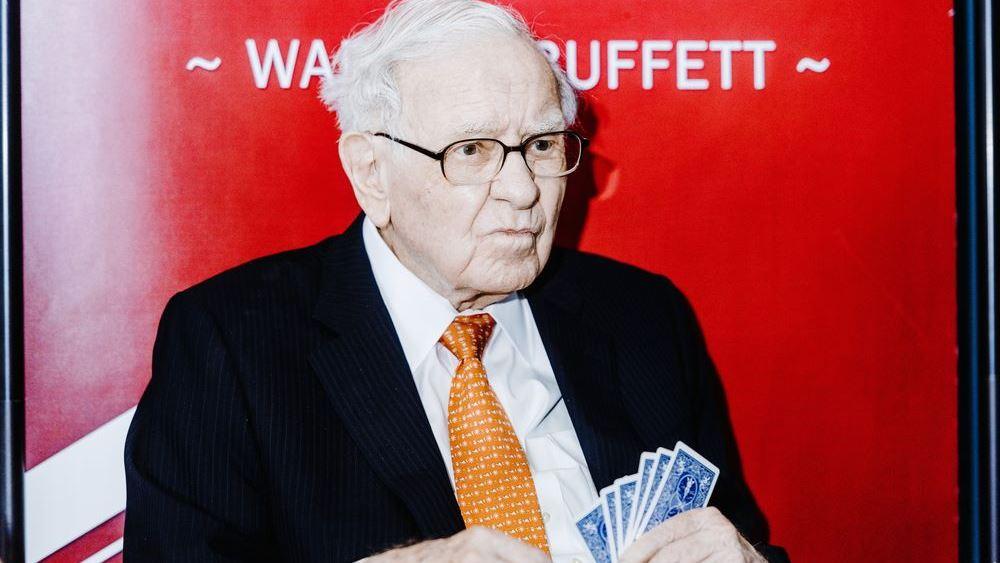 """Τα ανησυχητικά """"σήματα"""" που στέλνει ο Warren Buffett εγκαταλείποντας τις τράπεζες και επενδύοντας στον χρυσό"""