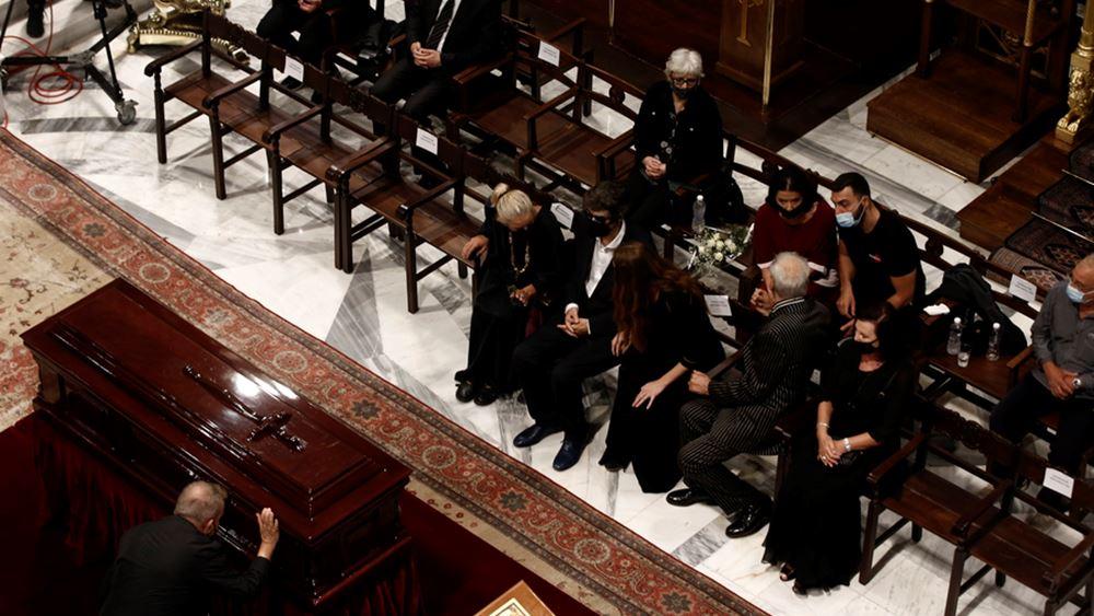 Ολοκληρώθηκε το λαϊκό προσκύνημα στον Μίκη Θεοδωράκη - Προσέλευση επισήμων στη Μητρόπολη για την τελετή αποχαιρετισμού
