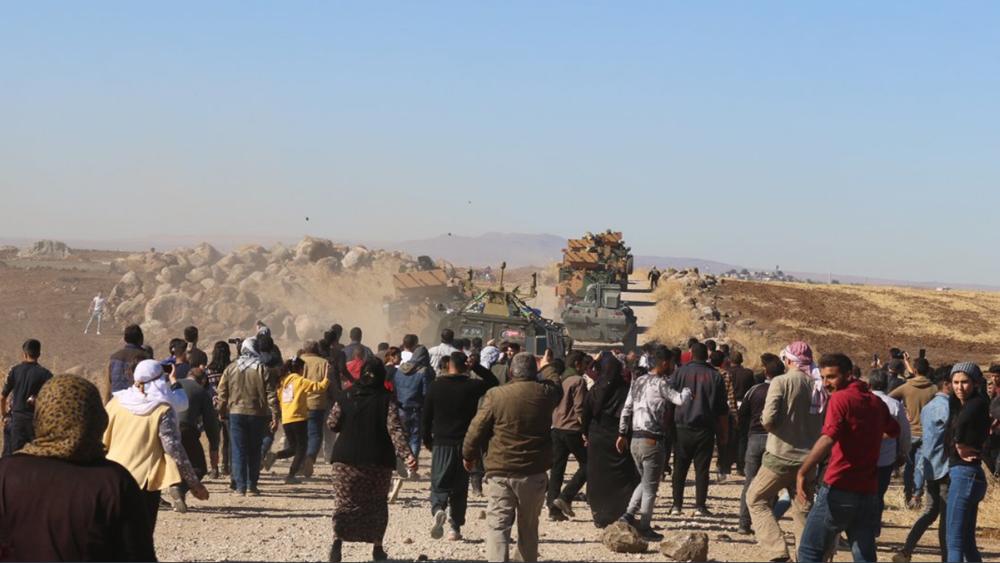 Κούρδοι πετούν βράχους σε ρωσοτουρκικά άρματα - Τουρκικό τεθωρακισμένο πάτησε Κούρδο