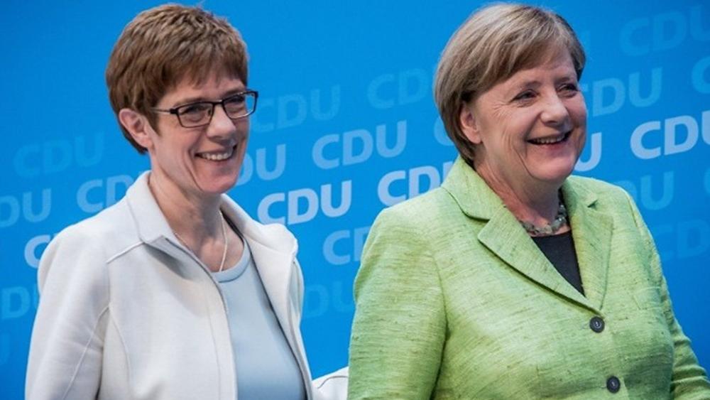 """Η Μέρκελ """"λυπάται"""" για την απόφαση της Άνεγκρετ Κραμπ-Καρενμπάουερ"""