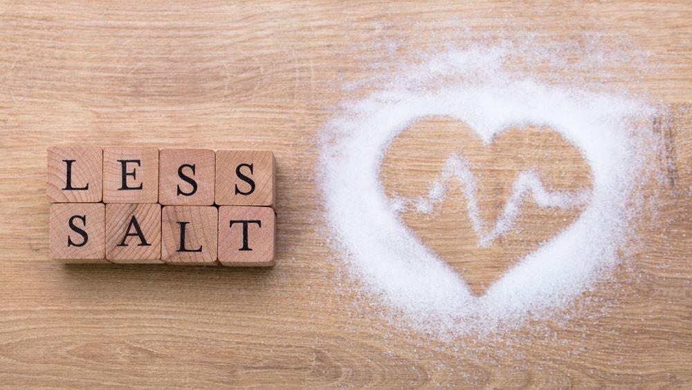 Μήπως τρώτε πολύ αλάτι; Οι κίνδυνοι και πώς θα ξέρετε πόσο αλάτι τρώτε