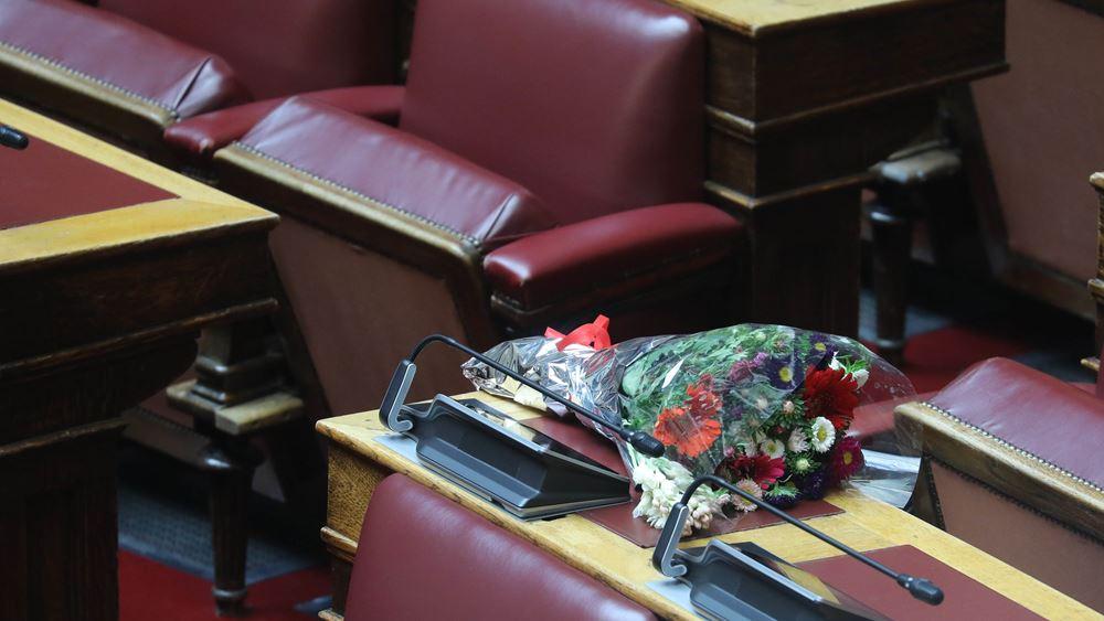 Μια ανθοδέσμη για τον Παύλο Μπακογιάννη στο έδρανό του στη Βουλή από τον Κ. Τασούλα