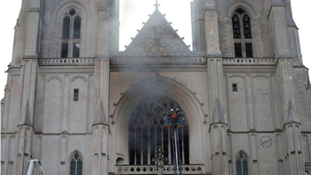 Γαλλία: Η πυρκαγιά στον καθεδρικό ναό της Νάντης τέθηκε υπό έλεγχο - Έρευνα για εμπρησμό
