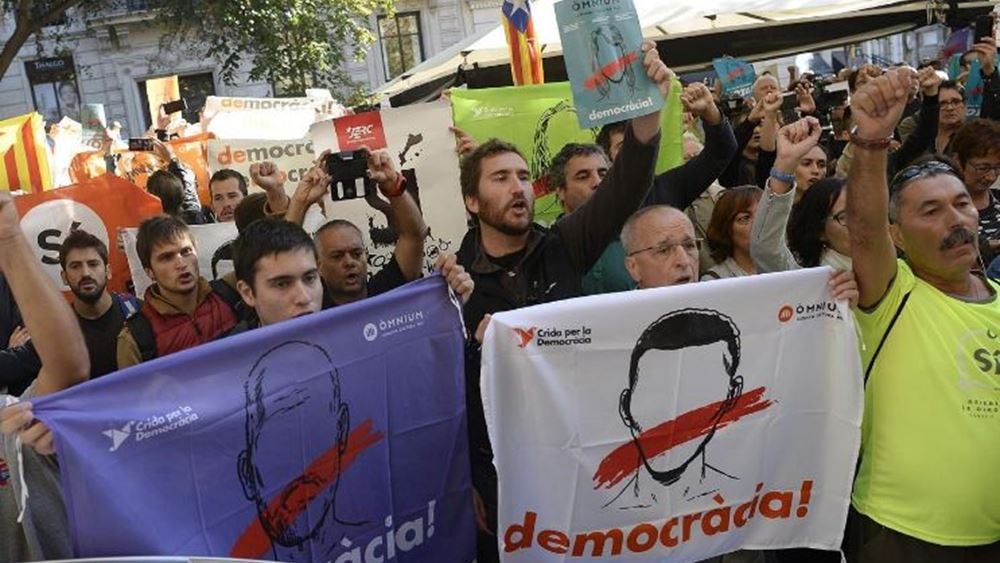 Έφοδος της ισπανικής αστυνομίας για να διαλύσει τους διαδηλωτές της Βαρκελώνης