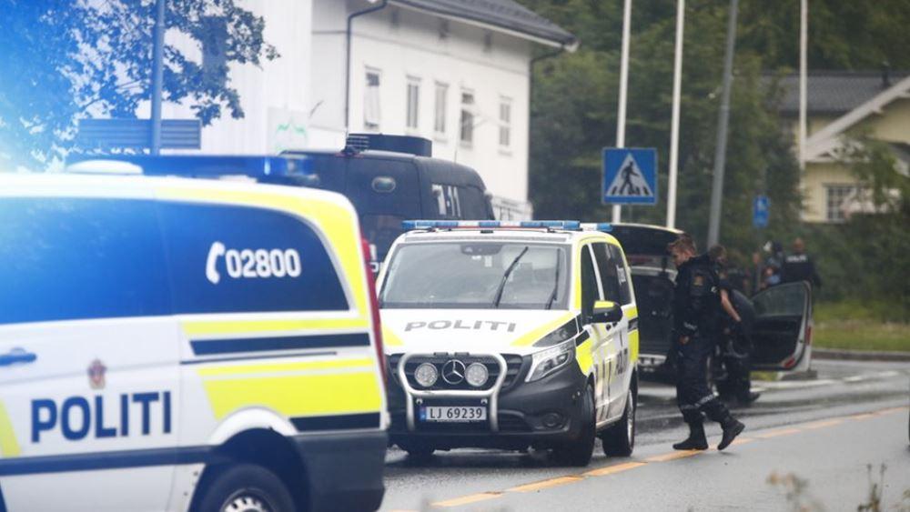 Νορβηγία: Με τραύματα στο πρόσωπο εμφανίστηκε στο δικαστήριο ο υπόπτος της επίθεσης σε τζαμί