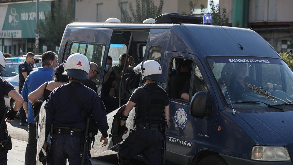 Σε συλλήψεις μετατράπηκαν οι προσαγωγές 10 ατόμων που πρόσκεινται στη Χρυσή Αυγή