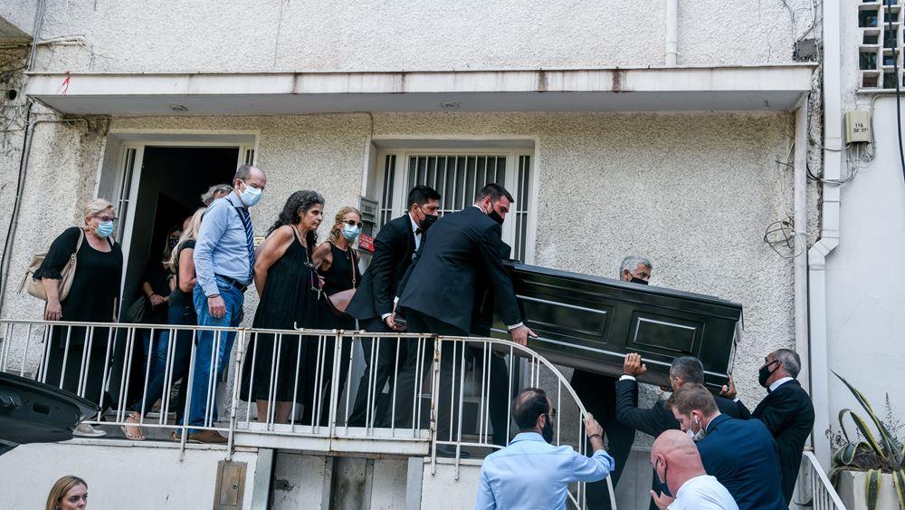 """""""Αθάνατος"""" φώναζε ο κόσμος αποχαιρετώντας τον Μίκη Θεοδωράκη έξω από το σπίτι του"""