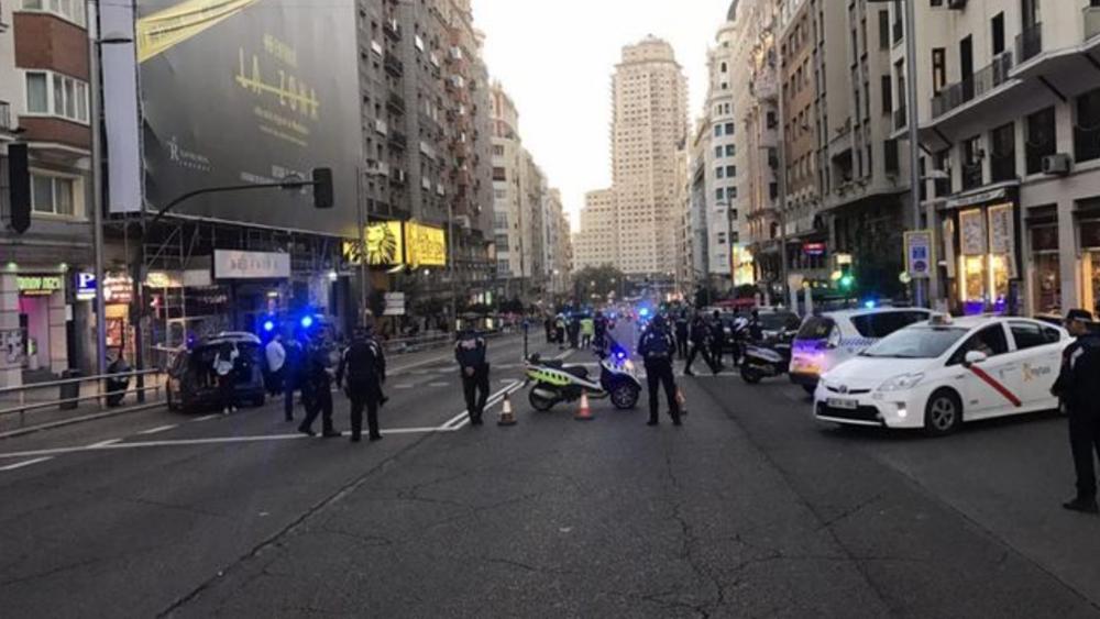 Η ισπανική αστυνομία εξετάζει ύποπτο όχημα σε κεντρικό δρόμο της Μαδρίτης