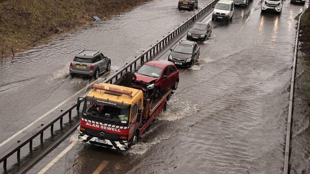"""Βρετανία: Ακυρώσεις πτήσεων και συναγερμοί για πλημμύρες από την καταιγίδα """"Ντένις"""""""