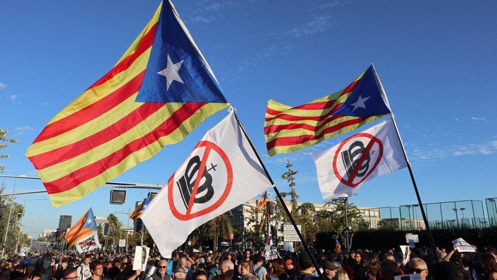 Χιλιάδες αυτονομιστές διαδηλώνουν κατά της επίσκεψης του βασιλιά Φελίπε στη Βαρκελώνη