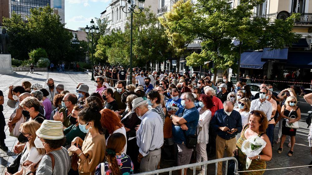 Παράταση του λαϊκού προσκυνήματος για τον Μίκη Θεοδωράκη κατά μία ώρα