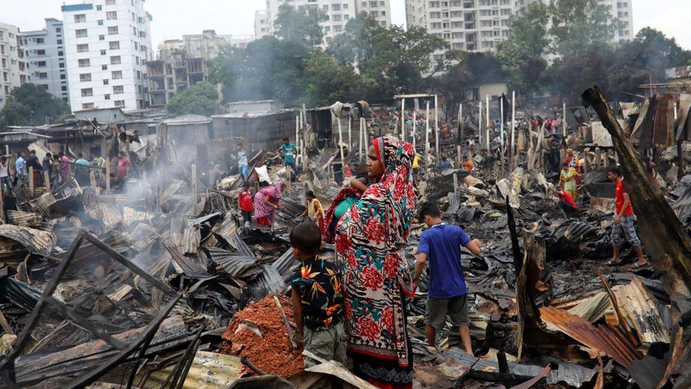 Μπανγκλαντές: Τουλάχιστον 10.000 άνθρωποι έμειναν άστεγοι έπειτα από πυρκαγιά σε παραγκούπολη